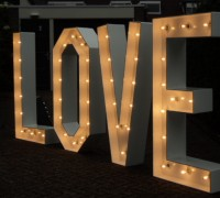 love verlichte letters groot